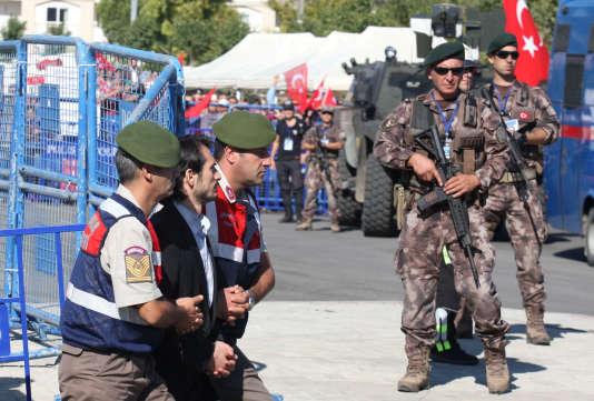 Un soldat en civil est escorté par des gendarmes après son procès à Mugla, en Turquie le 4 octobre.