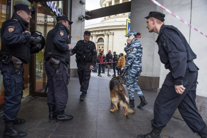 Evacuation d'un centre commercial après une alerte à la bombe, à Saint-Pétersbourg en Russie, le 14 septembre.