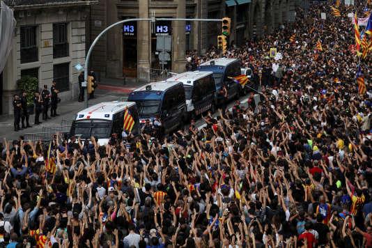 Rassemblement devant le siège de la police nationale à Barcelone, le 3 octobre.