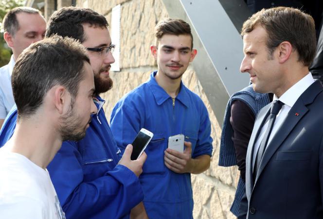 «Nous avons un gros chantier devant nous pour mieux orienter les jeunes et revaloriser les métiers manuels, artisanaux ou industriels en lien avec les organisations professionnelles»(Emmanuel Macron avec des étudiants de l'EATP à Egletons, le 4octobre).