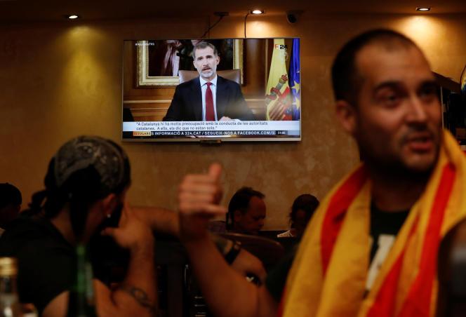 Le discours du roi d'Espagne Felipe VI sur le référendum du 1er octobre est diffusé dans un restaurant à Barcelone, le 3 octobre.