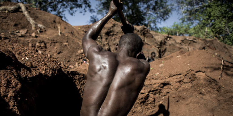 An illegal miner excavates to find gold in an area rich with gold and rubies on the outskirts of Montepuez, Mozambique, on February 15, 2017. The stakes are high in Montepuez where the discovery of rubies has led to violence among miners that has turned the northern town into what some describe as Mozambique's own version of the Wild West. / AFP PHOTO / John Wessels