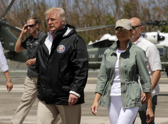 Donald Trump et son épouse Melania, le 3octobre 2017 à Porto Rico, après le passage de l'ouragan Maria.