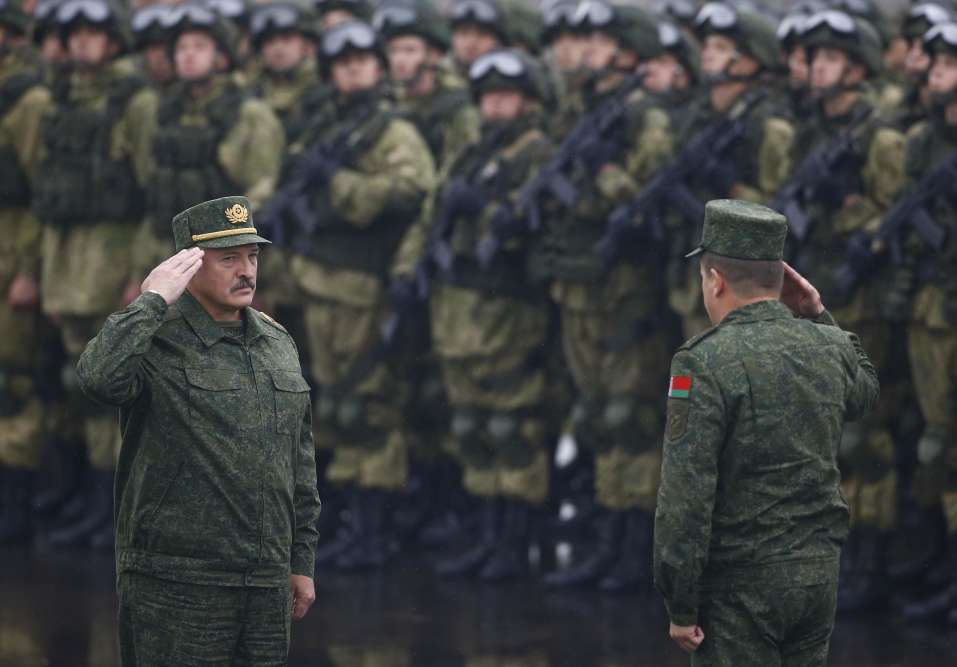 Le président biélorusse, Alexandre Loukachenko (à gauche), assiste aux manœuvres dans une zone proche de la ville de Borisov, en Biélorussie, le 20 septembre.