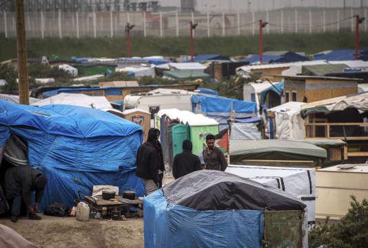 Des migrants afghans à Calais, le 27 mai 2016.