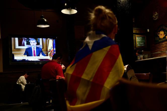 """«Peut-on vraiment admettre que le président Puigdemont, dont la légitimité et la légalité sortent toutes entières de la Constitution espagnole, traite l'Espagne """"d'Etat fasciste"""" et les forces de sécurité de """"forces d'occupation"""" » ? (Photo: partisan de l'indépendance catalane assistant au discours de Philippe VI le 3 octobre dans un bar, à Barcelone)."""