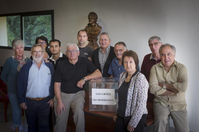 Le conseil municipal de Pezilla (Pyrénées-Orientales), autour d'une urne sur laquelle est écrit en catalan