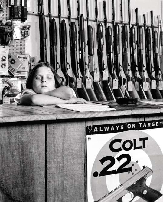 En 1997, Sarah Read, 10 ans, posait dans le magasin d'armes de son père à Millington, Tennessee. Elle avait reçu un revolver pour Noël.