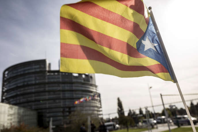 Le drapeau catalan devant le Parlement européen, à Strasbourg.
