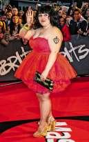 Un an plus tard, Beth est définitivement une star. Forte de son succès, elle se rend donc aux Brit Awards, où elle remettra un prix au musicien, chanteur et DJ Mark Ronson, et chantera en duo avec Mika. L'occasion parfaite de se faire remarquer. De fait, ce tutu rouge très court dit à l'italienne (par opposition au tutu classique arrivant au genou ou au tutu romantique arrivant à la cheville) fera évidement des vagues. Surtout accessoirisé de ce beau tatouage de marin.