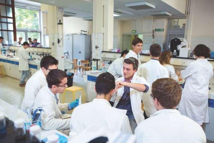 Les futurs ingénieurs peuvent se former en cinq ans dans une école universitaire ou privée, ou bien intégrer une «grande école» et suivre un cursus de trois ans, après deux années de prépa.