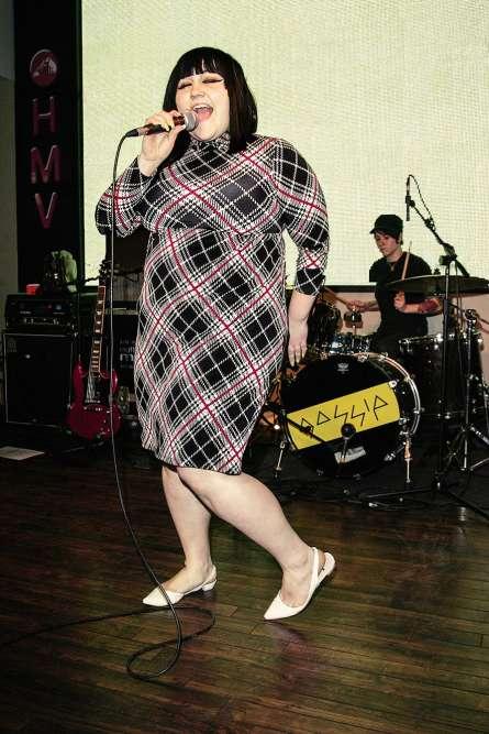 Beth Ditto a 26 ans et, déjà, la gloire frappe à sa porte. Avec son groupe Gossip, l'Américaine, issue d'une famille modeste de l'Arkansas, vient de décrocher un Disque d'or au Royaume-Uni, ce qui lui permet de mener grand train et de se payer de belles pièces de grands créateurs. Même si, en l'occurrence, cette robe au tartan digne des mythiques sacs Tati n'est sans doute pas l'œuvre d'un grand nom de la mode. Et n'a pas dû lui coûter bien cher, non plus.