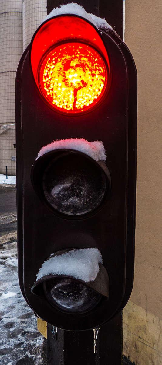 Pourquoi nous arrêtons-nous au feu rouge?, se demandera le sociologue analytique.