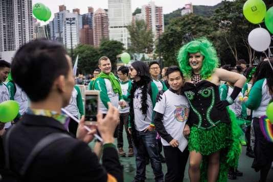 La marche LGBT de 2016 a réuni des centaines de personnes à Hongkong. Le thème « Prépare-toi et bats-toi pour l'égalité des droits » était symbolisé par la couleur verte.