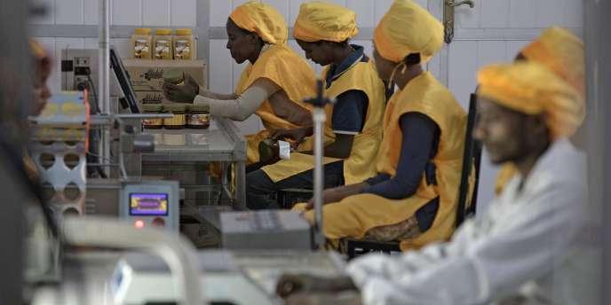 Des ouvriers de l'usine Welele emballent des pots de miel, à Mekele, Ethiopie, le 30 mars 2017.