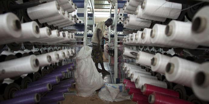 Une usine de sacs en plastique destinés à transporter du coton, à Koutiala, au Mali, en août 2012.