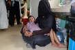 A l'hôpital de Saada, dans le nord-ouest du Yémen, une mère attend que son enfant blessé dans une attaque aérienne dirigée par l'Arabie saoudite soit ausculté, le5octobre 2017.