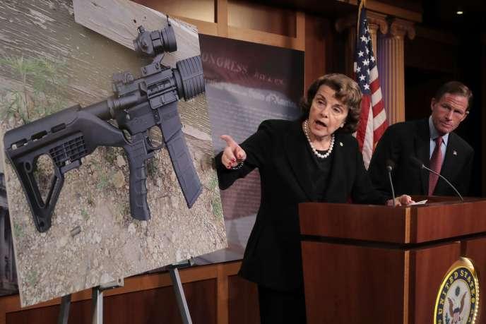 Les sénateurs démocrates Dianne Feinstein et Richard Blumenthal lors d'une conférence de presse, le 4 octobre 2017 à Washington.