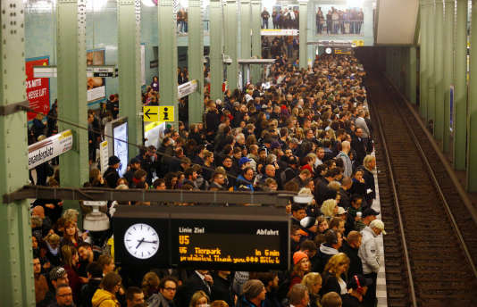 De nombreux Berlinois se sont repliés sur les métros bondés pour tenter de se protéger des fortes rafales de vent qui projetaient à terre des panneaux de signalisation et publicitaires.