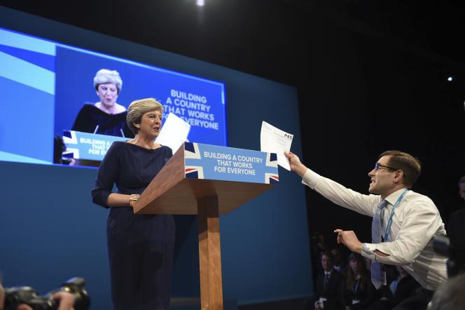 Un perturbateur brandit une fausse lettre déclarant le licenciement de MmeMay, signée Boris Johnsonlors du discours de la première ministre à Manchester le 4 octobre.