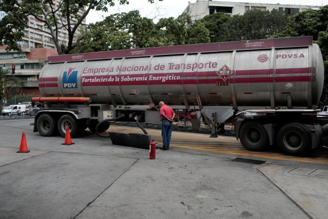 Un employé de l'entreprise pétrolière publique PDVSA, à Caracas, le 21septembre 2017.