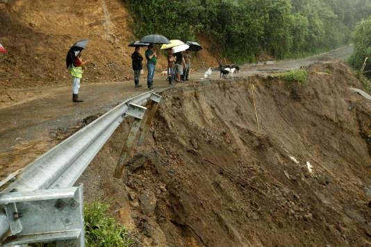 Des habitants observent une route endommagée par les pluies torrentielles de la tempête Nate qui frappe le Costa Rica, à El Llano de Alajuelita, le 5 octobre 2017.