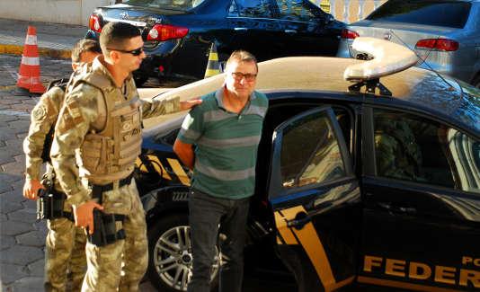 Cesare Battisti, escorté par les forces de l'ordre au siège de la police fédérale àCorumba, le 5 octobre.