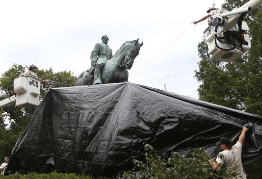 Une bâche est installée sur la statue du général confédéré Robert E. Lee, à Charlottesville (Virginie), le 23 août. C'est pour défendre cette statue que des militants d'extrême-droite se sont réunis à Charlottesville le 12 août. Des militants antiracistes réclamaient en effet son démontage, lui reprochant de glorifier le passé esclavagiste des Etats-Unis.