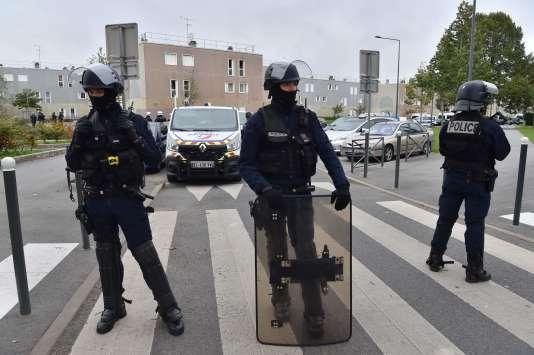 Des policiers dans la cité de la Grande Borne, le 5 octobre, après le meurtre par balle de deux frères.