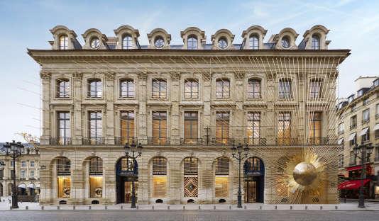 La façade du nouveau magasin Vuitton, place Vendôme, recouverte d'une sculpture en hommage au Roi Soleil.