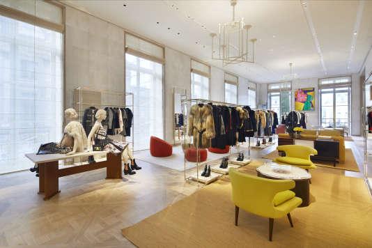 Parquet versaillais, pièces de design et vêtements : le flagship de Vuitton peut être appréhendé comme un musée.