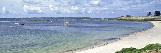 Le club est situé en front de mer, face à la baie du mont Saint-Michel.
