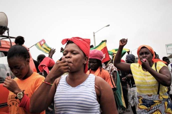 Dans les rues de Lomé, le 4 octobre 2017, les manifestants sifflent la fin du règne de Faure Gnassingbé, président depuis douze ans et qui a succédé à trente-huit ans de pouvoir de son père Eyadéma.