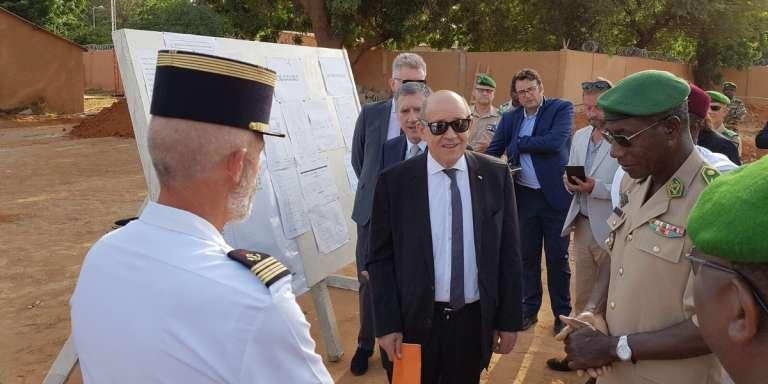 Le chef de la diplomatie française, Jean-Yves Le Drian, à Niamey, le 3 octobre 2017, visite le poste de commandement Centre de la force conjointe du G5 Sahel. (Photo issue du compte Twitter officiel de Jean-Yves Le Drian)