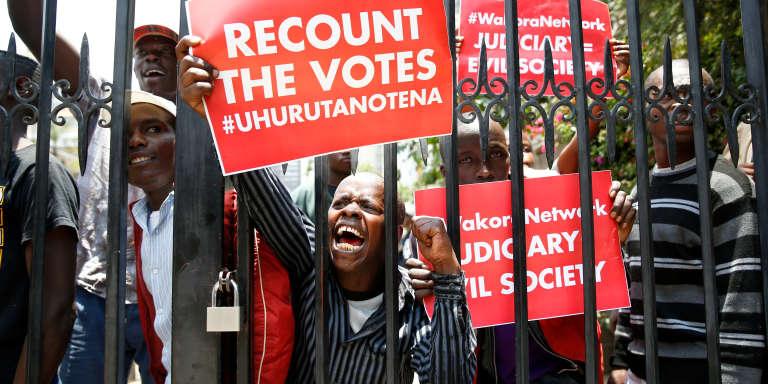 A Nairobi, le 19 septembre 2017, des partisans du président Uhuru Kenyatta manifestent pour un recomptage des votes du scrutin du 8 août, annulé par la Cour suprême kényane.