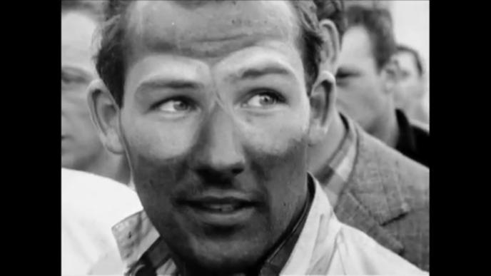 Stirling Moss juste après sa victoire aux Mille Miglia en 1955, après avoir parcouru 1 597 km à la vitesse moyenne de 157,65 km/h, record historique.