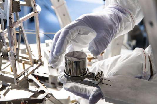 Au Laboratoire national de métrologie et d'essais, à Trappes, une cloche de 2 mètres de hautpour 1,30 mètre de diamètre renferme une balance à fléau et une multitude d'outils optiques et électriques permettant de mesurer la constante de Planck.