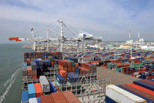 Un porte-conteneurs CMA CGM dans le port du Havre, le 24 avril 2009.