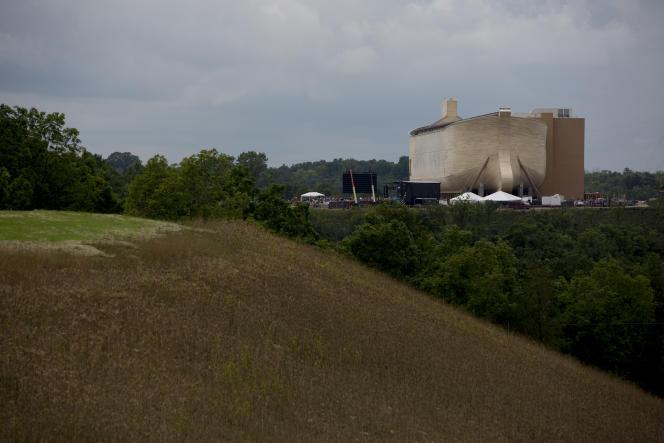 La reproduction de l'arche de Noé est posée sur une colline de la campagne du Kentucky. Ce musée a été inauguré le 5 juillet 2016.