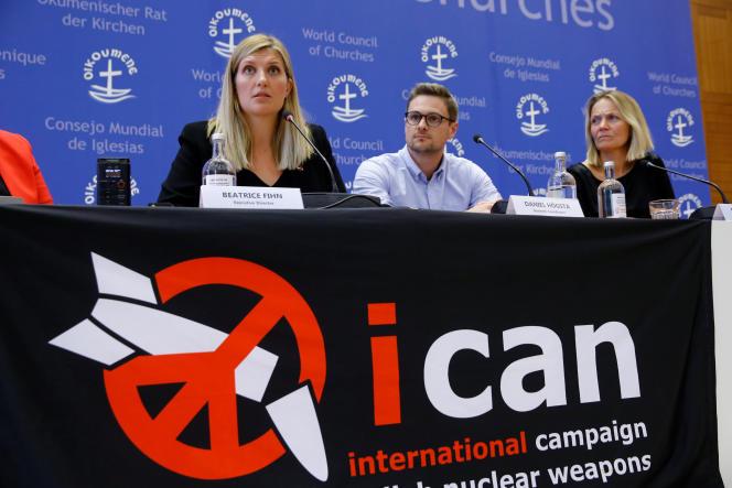 « Contrairement à l'ambition affichée, le texte ne contient strictement aucune disposition pour rendre l'élimination de ces armes « vérifiable » : il est un vœu pieux, davantage qu'un traité de désarmement » (L'organisation ICAN a obtenu le prix Nobel de la paix. De gauche à droite: Beatrice Fihn, Daniel Hogsta et Grethe Ostern, le 6 octobre à Genève).