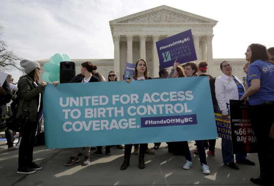 Des partisans de la contraception manifestent devant la Cour suprême à Washington, le 23 mars 2016.