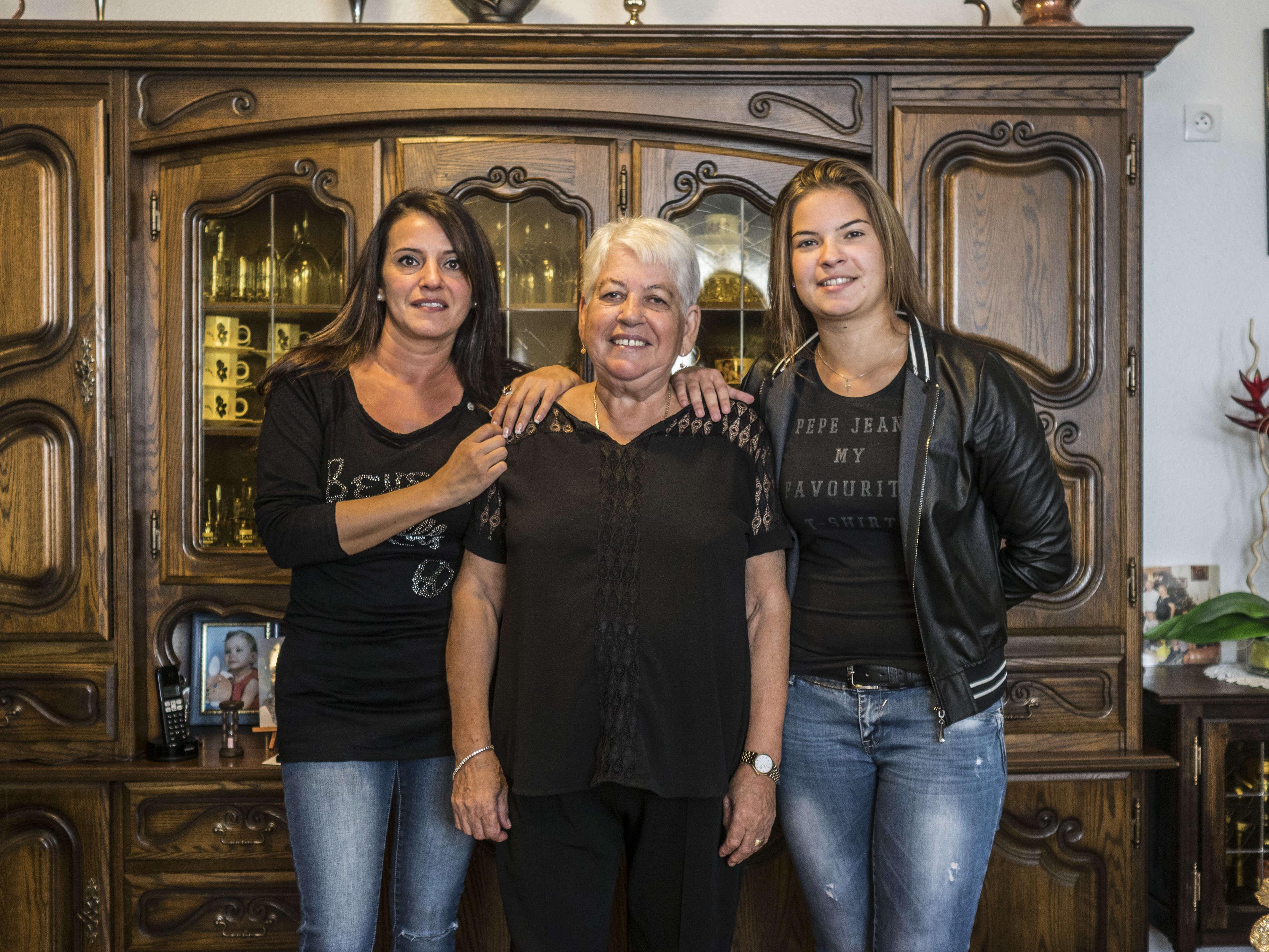 Au centre, Josepha Silva, 69 ans, d'origine portugaise, est arrivée à Montluçon en1968. Elle nous accueille chez elle, entourée de sa fille (à gauche) et de sa petite fille (à droite). Elle participe aux performance intitulées « Speed Telling», entre le 7 etle12octobre, durant lesquelles des montluçonnais racontent en quelques minutes leur parcours de migration… un sablier posé sur la table.