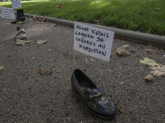 Un seul pied de chaque paire est exposé, pour symboliser la perte, ou le manque.