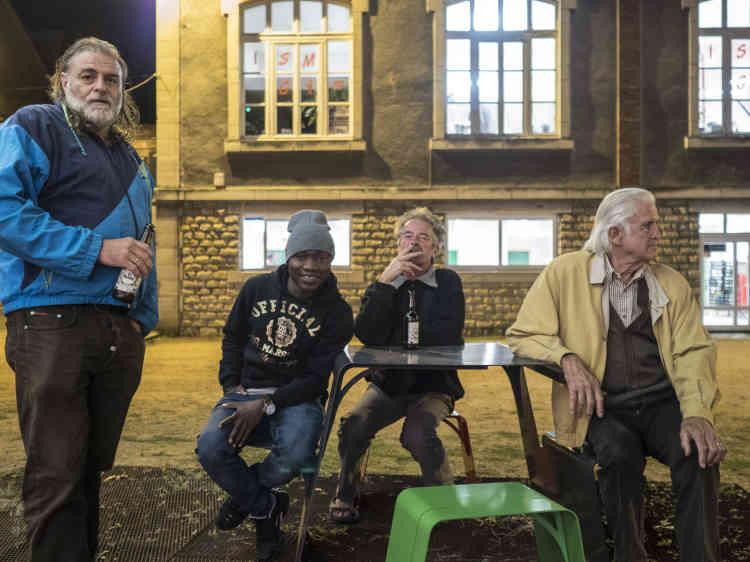 Des habitants de la ville ayant participé au montage de l'installation «Pas pieds in Montlucon» dans la ville.