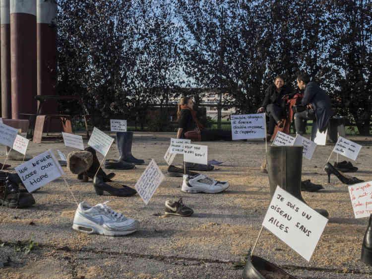 L'installation «Pas pieds in Montlucon» devant le Théâtre des Ilets.