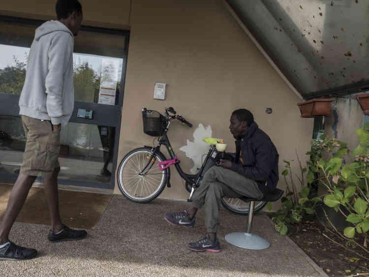A Montluçon, des demandeurs d'asile sont accueillis dans un ancien hôtel Formule 1, transformé depuis cet été en centre d'hébergement.