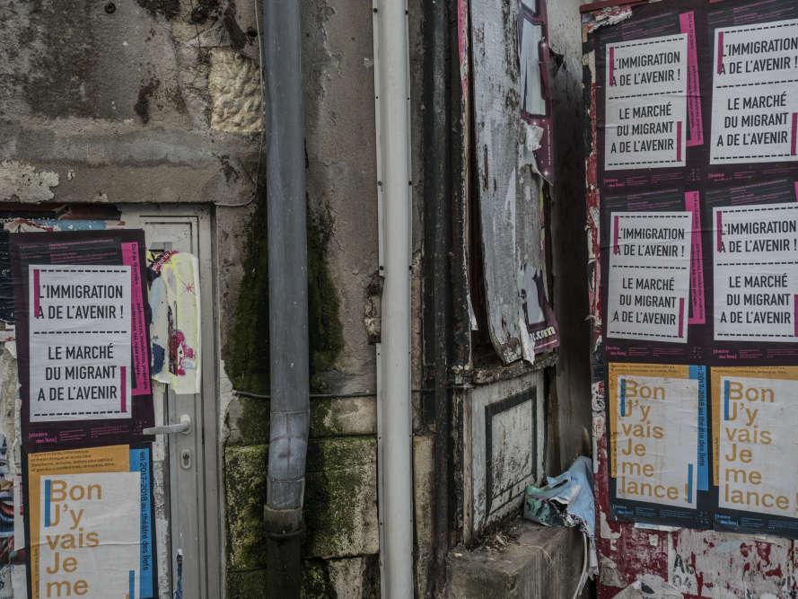 Le Théâtre des Ilets de Montlucon communique dans la ville par des phrases extraites des spectacles, qui sonnent comme des slogans.