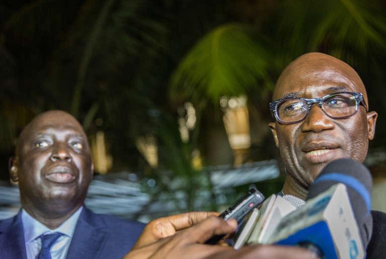 Me Moussa Sarr, avocat de groupe scolaire Yavuz Selim (droite) avec Madiambal Diagne, devant le ministère de l'intérieur sénégalais à Dakar après une discussion avec le ministre, le jeudi 5 octobre 2017.
