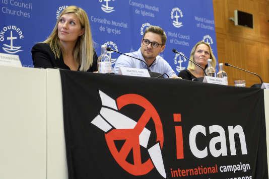 Beatrice Fihn (à gauche), directrice exécutive de l'ICAN, et Daniel Hogsta (au centre), coordinateur de l'ICAN, durant une conférence de presse donnée au siège de l'ICAN, à Genève, le 6 octobre.