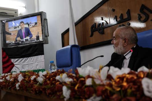 Ahmed Bahar, le président du Parlement de Gaza, suit, lors d'une réunion du Conseil législatif, une intervention télévisée de Mohammed Dahlan en direct des Emirats arabes unis, le 27 juillet.